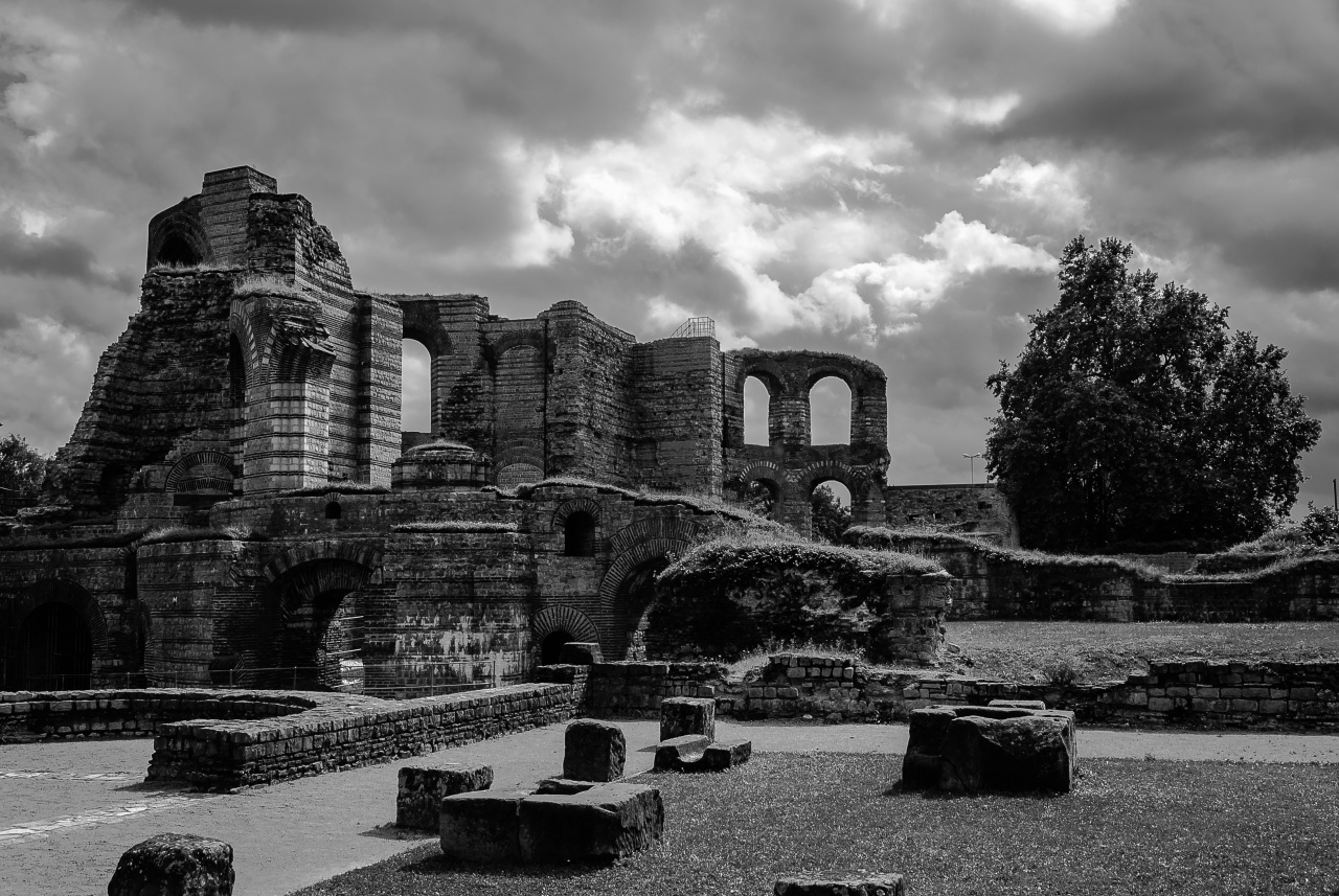 black and white version of the Kaisertherme in Trier